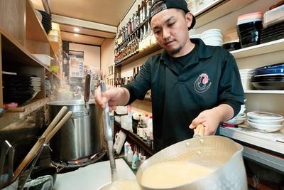 店主はラーメン店を始める前から焼鳥店「Bird House」を経営。2019年1月のオープン時にスープの取り方や製麺技術を「ガチ麺道場」から受け継いだ / 侍麺