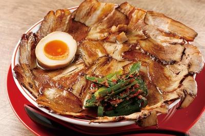麺は京都の有名店「麵屋棣鄂(ていがく)」から仕入れる。「肉増しラーメン」(税込 1000円) / 焼豚ラーメン 弥太郎