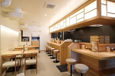 白木を基調とした空間は和食店のような雰囲気。広い待合スペースがあるのもうれしい / 麺や 襷