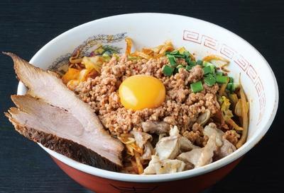 【写真を見る】名古屋では珍しい焼きラーメン。ラーメンダレで麺を炒めて、台湾ミンチやホルモン、牛スジをトッピング!「台湾焼きラーメン」(税込 900円) / 達磨食堂