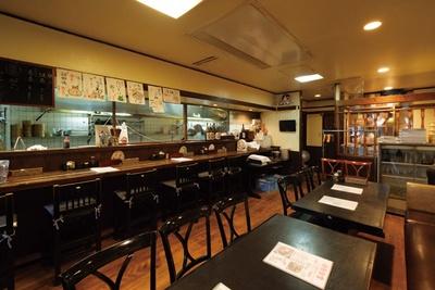 アットホームな雰囲気の店。居酒屋時代から人気のスパイスカレー(税込 250円~)もぜひ! / 達磨食堂