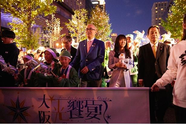 音楽隊とともに登壇者達が御堂筋をパレード/御堂筋イルミネーション2019