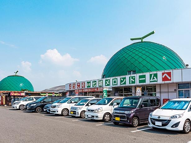 【写真】屋根がメロン。道の駅 七城メロンドーム(熊本県菊池市)などユニークな施設も多数