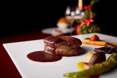 レストラン カステリアンルーム / クリスマスディナー12000円コースのメイン。肉の旨味を贅沢に味わえる「黒毛和牛フィレのグリル」