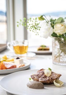 都ホテル 博多 / 3F「サムウェア レストラン&バー」のランチブッフェ(2780円・税込)。フレンチデリ、デザートなど約60種が並ぶ。