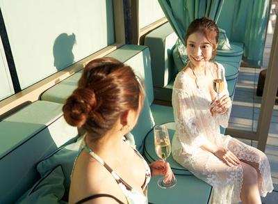 都ホテル 博多 / プールサイドのソファで、優雅なひと時を