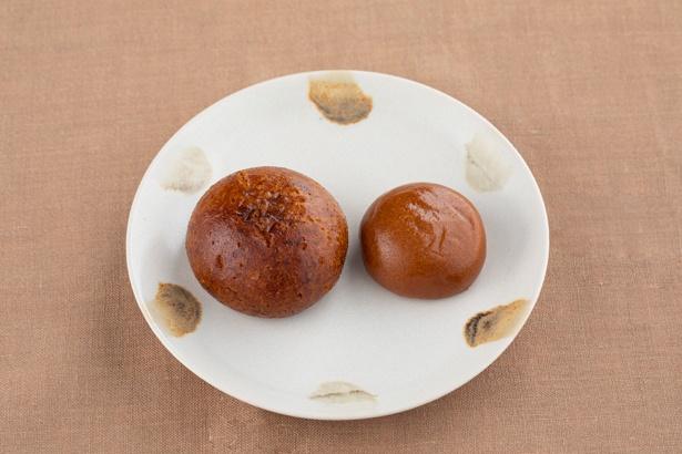 左が「かりんとうまんじゅう」1個80円(税込)。「黒糖まんじゅう」(右)より一回り大きいサイズでザクザクとした食感。中はあんこが入っていて、味違いのいもあんもあり