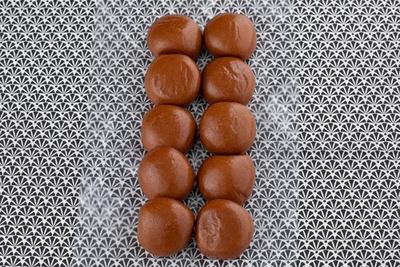 「黒糖まんじゅう」10個110円(税込)。一口サイズのまんじゅうを2列に並べて包装。その日の朝に蒸していて皮はフワフワ。1日1万セットが売れる大人気商品