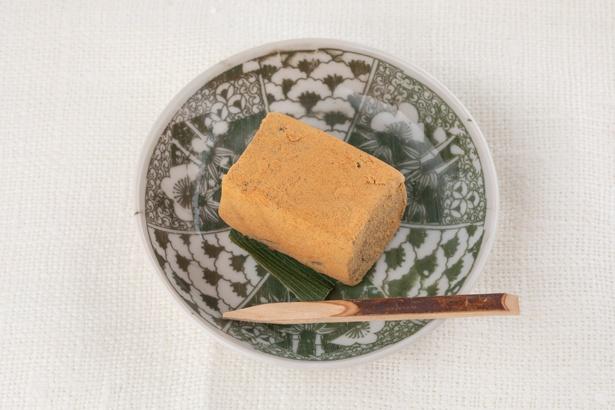 「あんわらび」1個240円。なめらかなあんこを練り込んだ餅を、風味豊かなきな粉でコーティングしたオリジナルのわらび餅。独特の噛み応えが新食感
