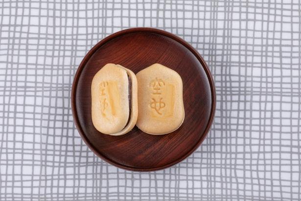 「空也もなか」10個(化粧箱入り)1,200円(税込)。香ばしい皮の中に小豆と砂糖だけを煮詰めて作ったつぶあんがギッシリ。要予約、受け取りは店頭のみ(配送不可)