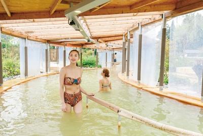長く湯につかれるよう温度を管理。体のラインが気にならないデザインのレンタル水着(500円)もある / クアパーク長湯