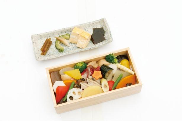 ランチのメニューで1日限定15食の「彩り」(1500円)。8種の総菜&サラダバーも / クアパーク長湯