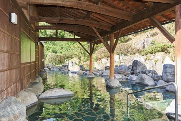 露天(女湯)には、岩風呂(写真)やヒノキ風呂、桶風呂がそろう。岩風呂の奥には打たせ湯もある / 古湯温泉 ONCRI