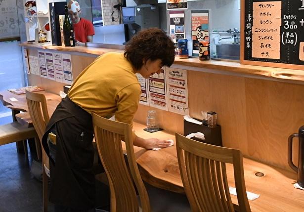 テーブルを拭いたり、おしぼりを補充したりと、その動きはまるでプロ並み!