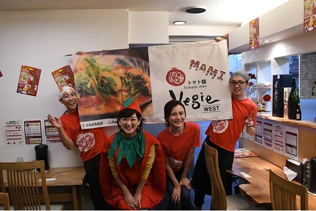 【写真を見る】最後にトマトの衣装で記念撮影をする佐藤麻美さん