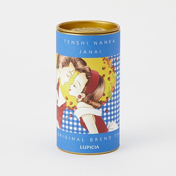 """りぼんをイメージしたオリジナルのブレンドティー。「天使なんかじゃない」のブルーチェックラベル缶。あの頃のときめきを詰め込んだ""""初恋の味""""(1980円) /「特別展 りぼん」"""