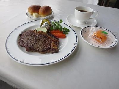 肉厚でボリュームのあるビーフステーキが2枚。大満足のボリューム