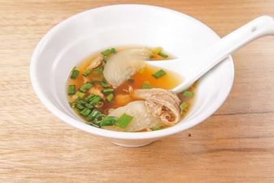 【写真を見る】羊の骨と香味野菜でとったダシにスパイスを効かせたひつじのスープ(300円)/ひつじアンダーグラウンド