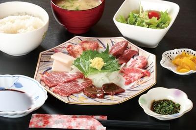 馬料理専門 天國本店 / 「ミニ馬刺し六種盛定食」(2100円)はランチタイム限定。6種類の部位の馬肉が刺身で食べられる