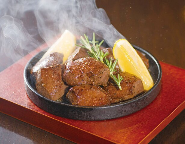 【写真を見る】熊本馬肉横丁 / 「ごろっと馬ハツステーキ」(1728円)。数量限定のハツ(心臓)ステーキは新鮮な馬肉だからこそできる厚みが特徴