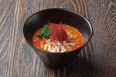 酒肴麺飯 アテニヨル / 辛さの中に白ネギの風味を効かせた麻辛担々麺(734円)。辛さが苦手な人はシンプルな担々麺(734円)も