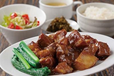 酒肴麺飯 アテニヨル / ほろほろになるまで長時間煮込んだ牛肉でご飯が進む牛バラの煮込み定食(918円)