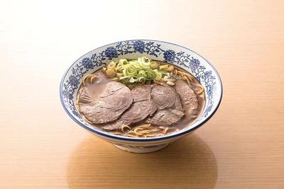 香港プラザ 高砂店 / 牛肉麺(700円)。大ぶりの牛肉と八角が効いたピリ辛のスープが食欲をそそる