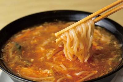 点心楼 台北 平尾店 / サンラータン麺(750円)は太麺と、とろみのあるスープが絡む