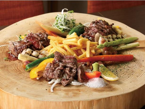 かぶき 炭火焼&イタリアン / 「男の肉盛り」(1404円)。計300gの牛モモや鶏肉を炭火で焼き上げる
