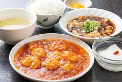 中国家常麺房 趙之家 福重分店 / エビのチリソースセット(1144円)。セットで付く麻婆豆腐には鶏の清湯スープを使うため、旨味が奥深い