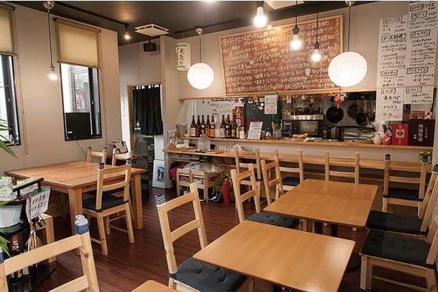 田中華麺飯店 / カフェのようなおしゃれな雰囲気で女性客のみになる日も多い。カウンター席があり、おひとり様にも重宝