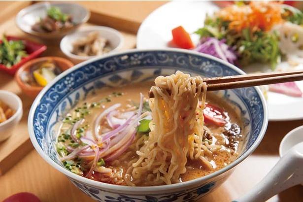 田中華麺飯店 / ランチセット(1080円)。すりゴマのまろやかなスープにちぢれ麺がよく絡むごますり上手の担々麺が人気