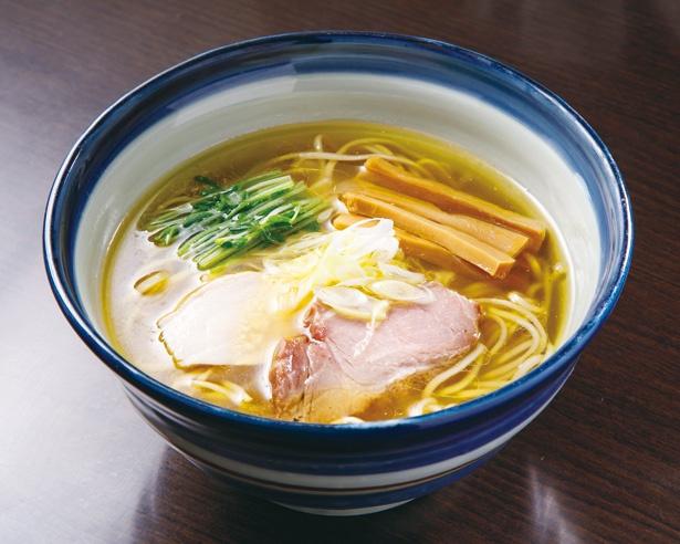 旨味と奥深いコクがありながらもすっきりとした味わいの「しおらーめん(中)」(690円)