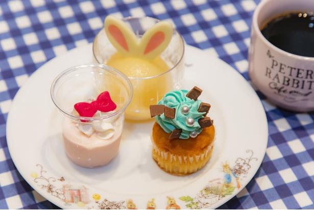 「ピーターラビット(TM)のブルージャケットカップケーキ」(写真右)と、「モペットちゃんのイチゴムース」(同左)、「桃うさぎ」(同奥)