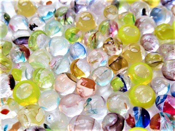 【写真を見る】色とりどりのガラスの中からお気に入りを選んで組み合わせよう