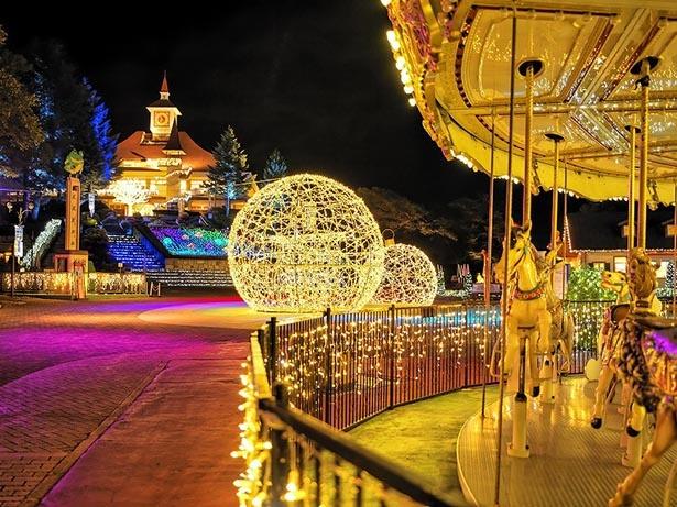 メリーゴーランドやクリスマスボールもロマンチックな雰囲気を演出する