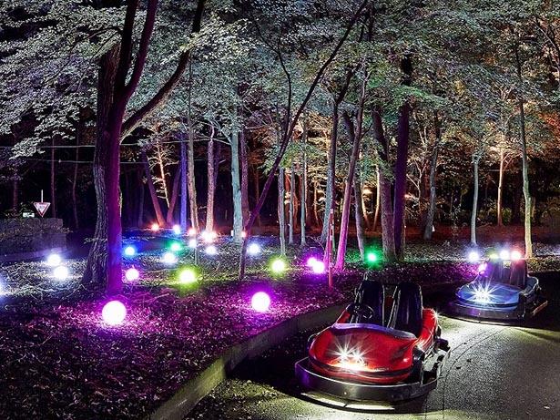 「光のゴーカート」は暗闇とライティングが交互に現れる