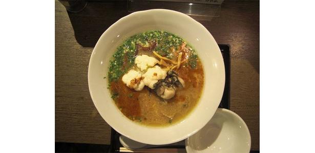 「にとりのけやき」の生牡蠣とカリフラワーの醤油仕立て(900円)