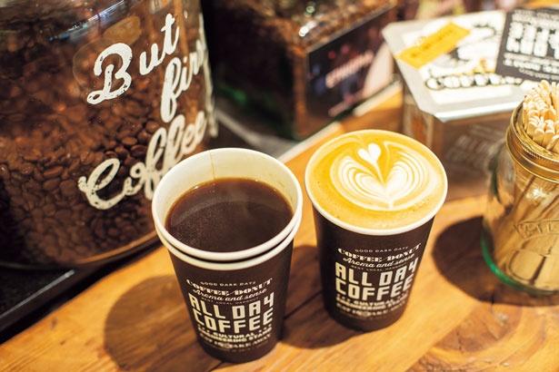 【写真を見る】アメリカーノコーヒーとカフェラテは、それぞれホットとアイスが選べる。利用はテイクアウトのみ/ALL DAY COFFEE
