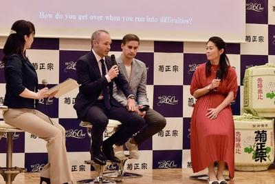 サッカーのことから神戸のオススメスポットについて質問を交わす