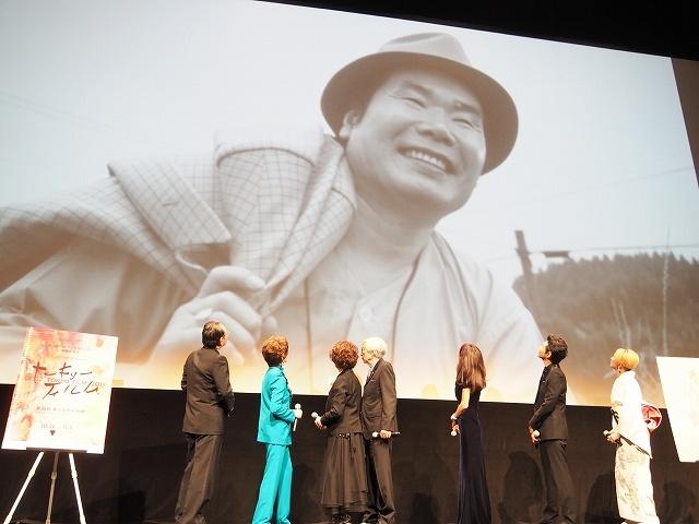 寅さんこと渥美清の写真をバックに、懐かしむ監督&キャスト陣