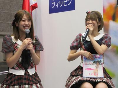 セブ島ガイドブックの発売記念トークショーを行ったAKB48の篠崎彩奈(左)・大西桃香(右)