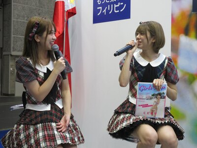 AKB48の篠崎彩奈(左)・大西桃香(右)