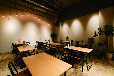 モダン&ナチュラルな内装で開放的な店内 / IZUMI-CAFE