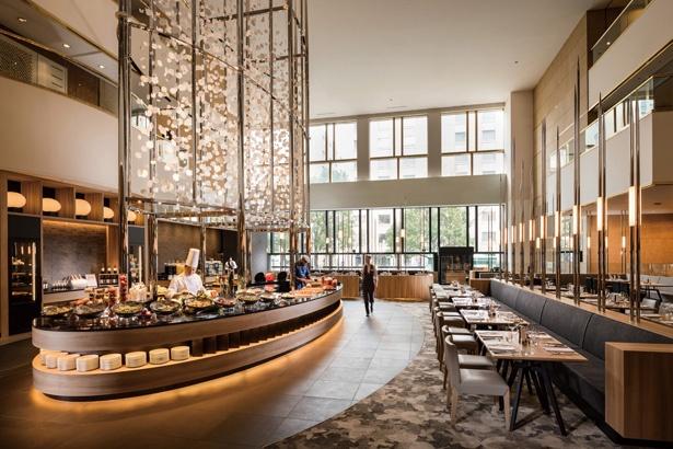 高級感とアート性にあふれ、食材にこだわるプレミアムブッフェレストラン。都会的で開放感のある空間だ / ヒルトン名古屋
