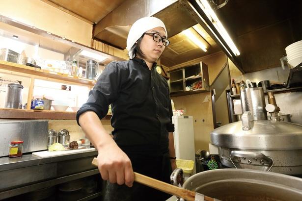 丁寧な仕込みや調理法の工夫などで、素材の旨味を引き出すのが得意な店主の福島好優さん / 羊麺めぇ~でん、ラーメン豚
