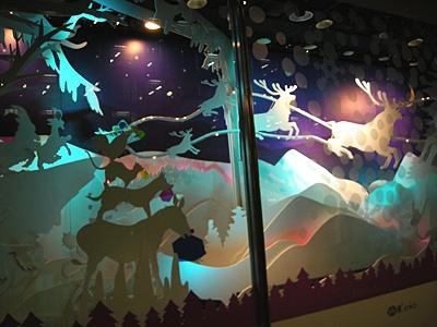 動物たちのクリスマスパーティを立体的に表現した、京王百貨店のショーウィンドウ