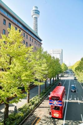 みなとみらいエリアに向けて運行。左に見えるのは横浜開港100周年の記念事業として建設された横浜マリンタワー