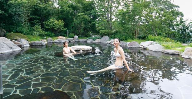 杜の湯リゾート / 滝が流れる「瀧の杜」は最も大きい露天風呂。30~40人が一度に入れる広さだ