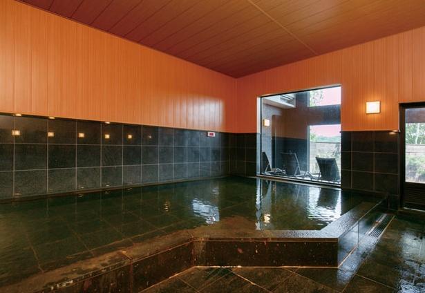 農のオーベルジュ 白金の森 / 大浴場の様子。広大な森の中にコンコンと湧き出る良泉を楽しもう